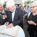 Manfred Gniffke und Oberbürgermeister Joachim Hofmann-Göttig führten ein letztes Mal durch die Stadt – Goldener-Bucheintrag zum Abschluss
