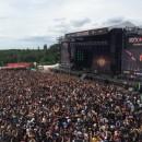 """Musikfestival """"Rock am Ring"""" mit super Stimmung bei blauen Himmel"""